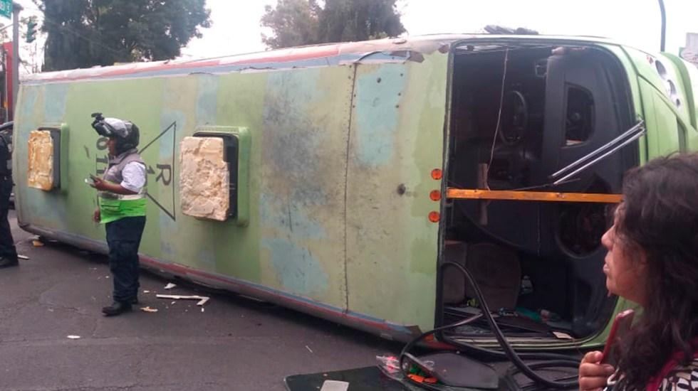 #Video Vuelca camión de transporte público en la GAM - Camión del transporte público volcado en la GAM. Foto de @codigo75