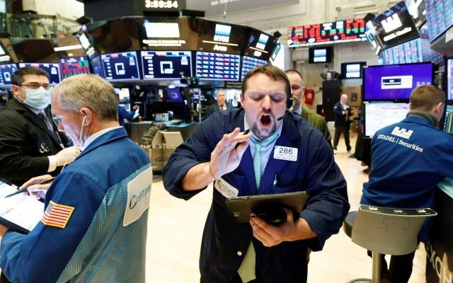 Wall Street vuelve a caer por COVID-19; Dow Jones retrocede 3 por ciento - Caos en Wall Street por mala situación financiera provocada por el COVID-19. Foto de EFE