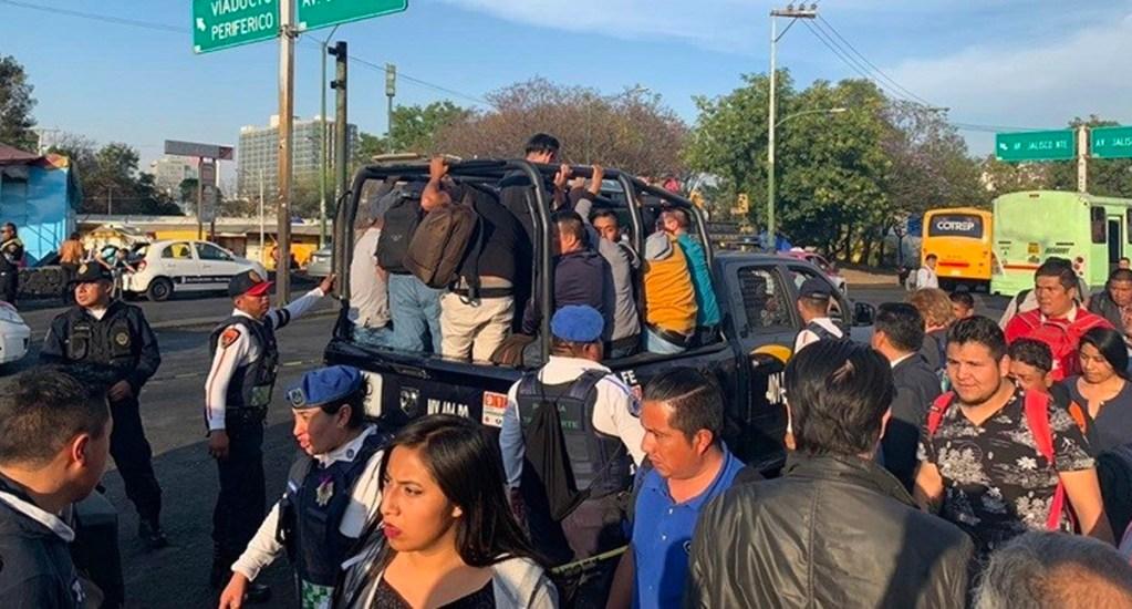 Patrullas apoyan en transporte gratuito de estación Chapultepec a Observatorio del Metro - Continúa el transporte gratuito de Chapultepec a Observatorio; patrullas tipo pick-up de la Ciudad de México ayudaron a trasladar a los usuarios