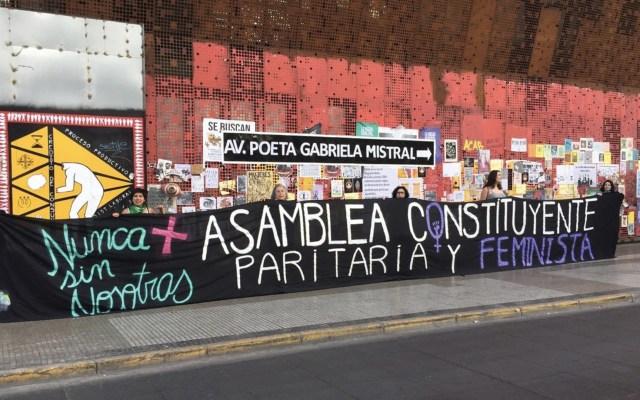 Feministas en Chile renombran Gabriela Mistral la avenida principal de Santiago - Foto de @AFeministaChile
