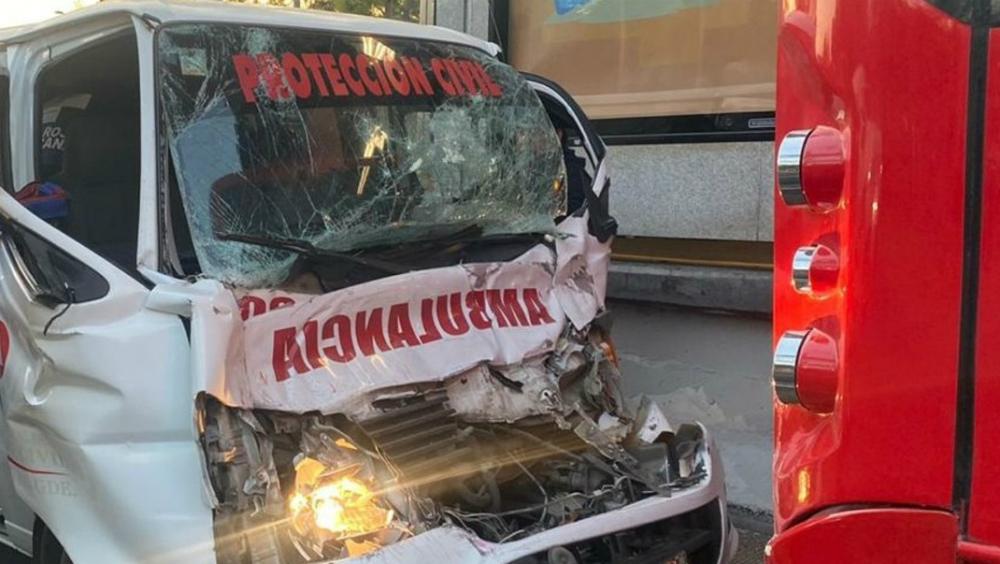 Chocan ambulancia y Metrobús en Insurgentes; chofer resulta atrapado - Foto de Noticieros Televisa