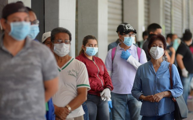 Ecuador suma mil 211 contagios y 29 decesos por COVID-19 - Ciudadanos de Ecuador con cubrebocas hacen fila para abastecerse de productos en un supermercado de Guayaquil. Foto de EFE