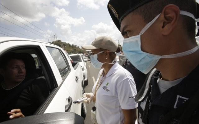 Panamá acumula 558 contagios de COVID-19 y 8 decesos - Autoridades controlan el flujo de vehículos y personas, entre la Ciudad de Panamá y la provincia de Panamá Oeste, como medida de control de la pandemia del COVID-19. Foto de EFE