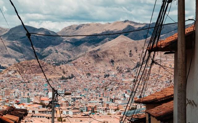 Muere mexicano con COVID-19 en Perú - Cusco, Perú. Foto de adrian-dascal / Unsplash.
