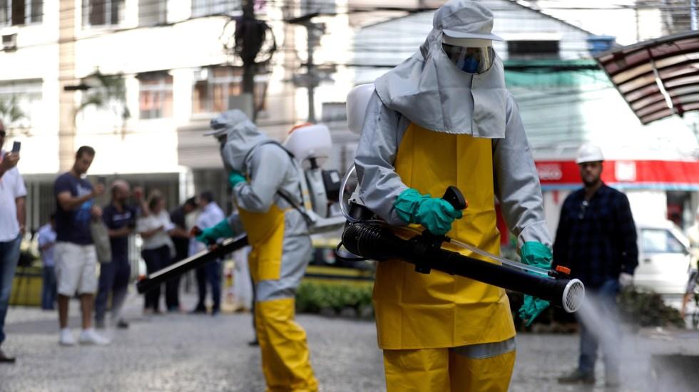 Brasil suma 20 muertes por COVID-19 y se acerca a los 3 mil contagios - Funcionarios de la alcaldía de Niterói, en Río de Janeiro, trabajan en labores de limpieza y desinfección de las calles. Foto de EFE