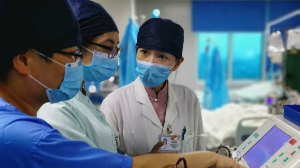 Tres países disputan la carrera para lograr vacuna contra el COVID-19 - Doctores en el hospital universitario de Guandong, China, trabajan en la UCI con pacientes con COVID-19. Foto de Guangdong Medical University