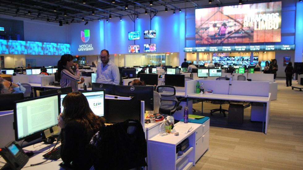 Univision cierra su edificio principal por dos casos de COVID-19 - La cadena Univision mudará sus operaciones a un edificio más pequeño, por dos casos de COVID-19 en el Newsport. Foto de EFE