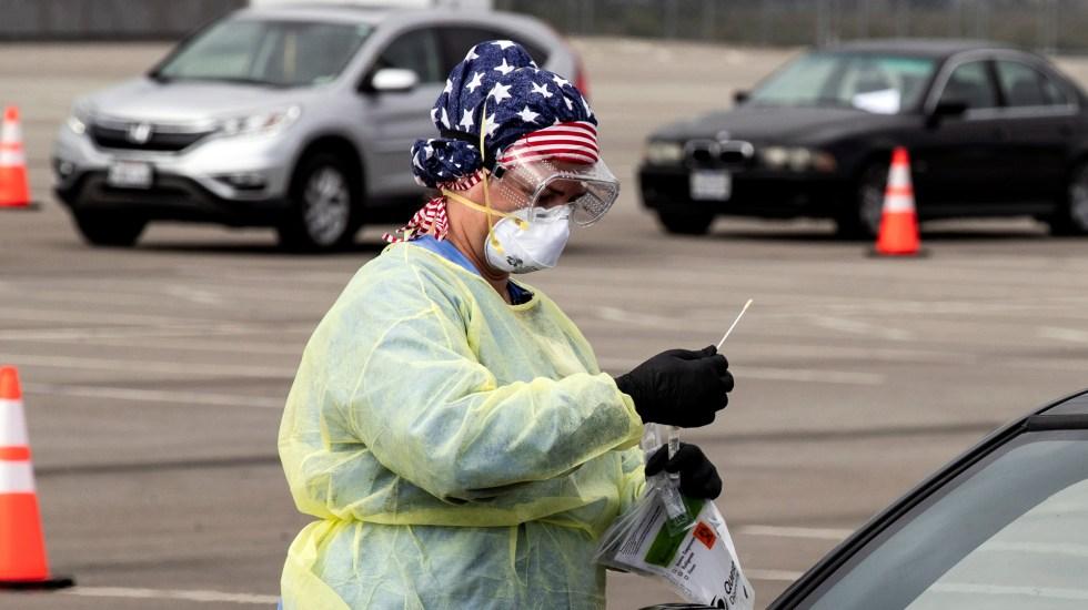 EE.UU. se convierte en el país con más casos de COVID-19 en el mundo - Enfermera aplica prueba para detectar el COVID-19 a automovilista en California. Foto de EFE