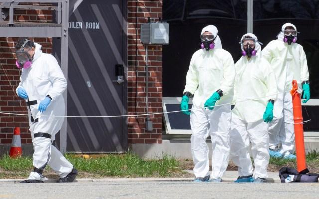 EE.UU. podría llegar hasta 200 mil muertos por COVID-19, advierte epidemiólogo - Equipo especial de desinfección de sitios labora en Massachusetts, EE.UU. Foto de EFE