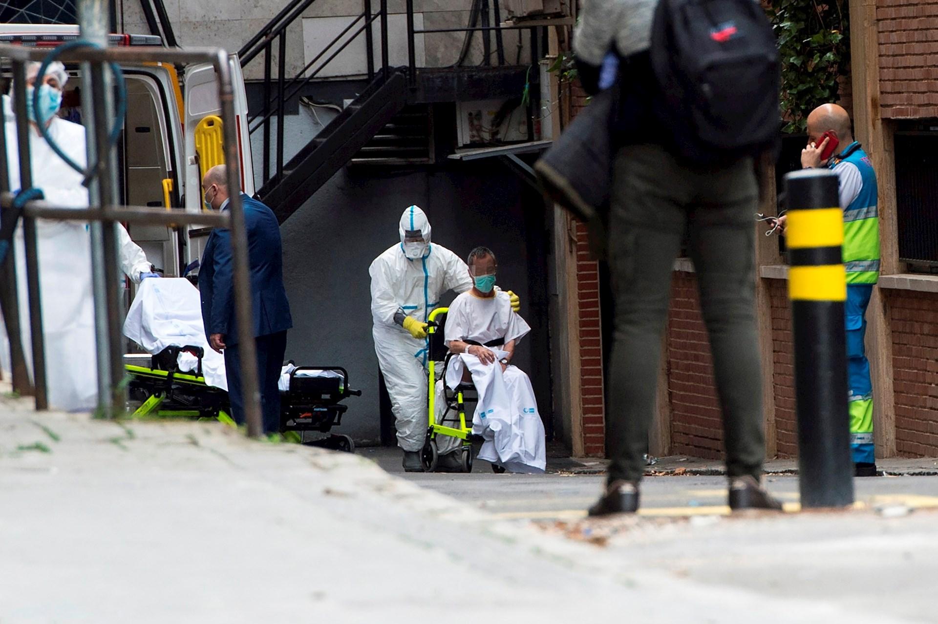 España supera la barrera de los mil fallecidos por coronavirus — RESUMEN