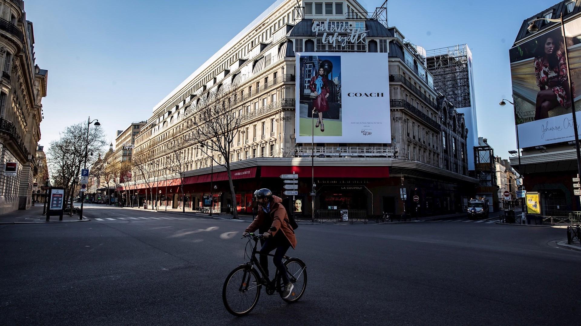 Ascienden a mil 100 las muertes por COVID-19 en Francia- Calles en París Francia