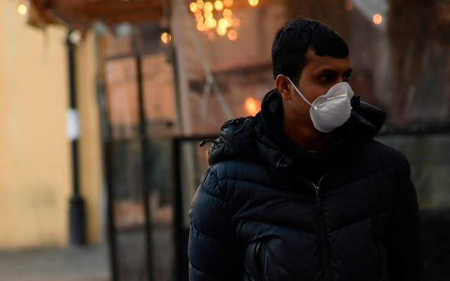 Querétaro confirma primer caso de COVID-19 - Hombre con mascarilla para prevenir el COVID-19. Foto de Notimex