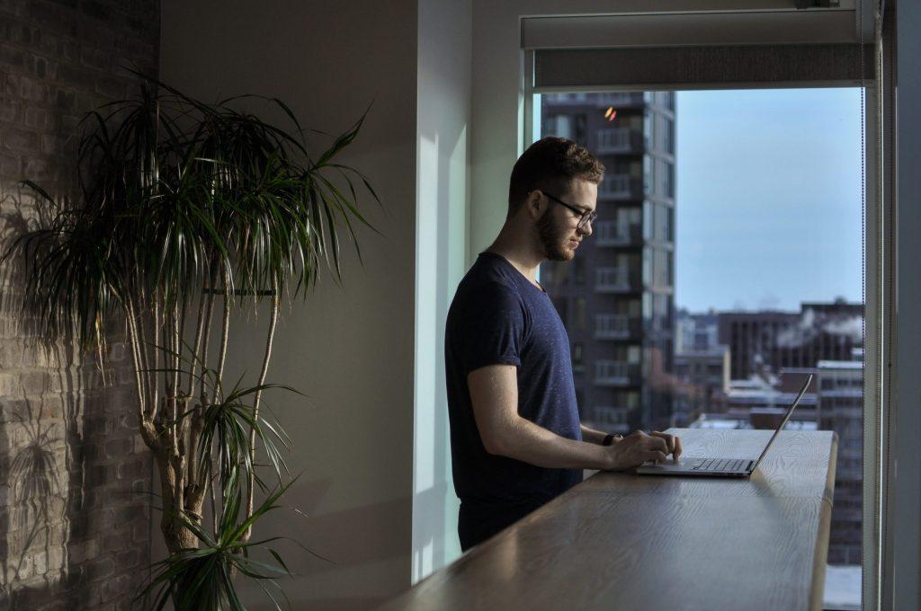 Cinco consejos para un exitoso home office - Photo by Jacky Chiu on Unsplash