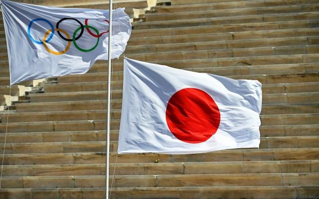 COI se da un mes para decidir fecha de los Juegos Olímpicos de Tokio - Bandera Olímpica y de Japón durante el encendido de la Antorcha Olímpica. Foto de EFE/EPA/ARIS MESSINIS / POOL