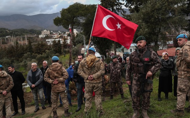 Turquía derriba dos aviones sirios por intento de ataque - Miembros del Ejército turco en el funeral de uno de los soldados muertos en un ataque en Idlib, Siria. Foto de EFE