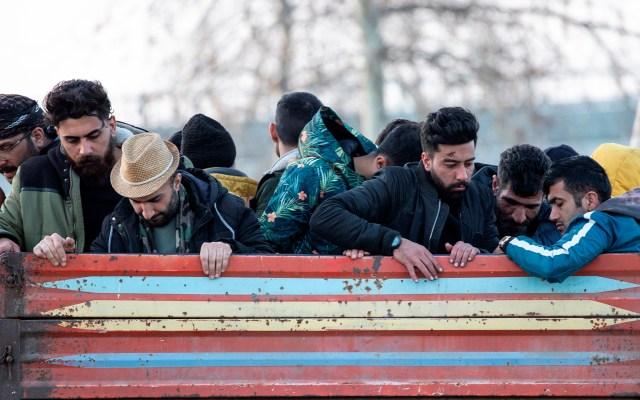 Turquía niega usar a refugiados para chantajear a la Unión Europea - Miles de refugiados se congregan en los alrededores del río Evros, que separa Grecia de Turquía, para cruzar a la Unión Europa. Foto de EFE