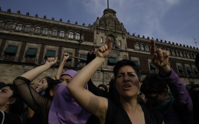 """""""Las condiciones de la mujer deben mejorarse"""", afirma Sánchez Cordero - Mujeres en protesta frente a Palacio Nacional por el Día Internacional de la Mujer 2020. Foto de Notimex / Archivo"""