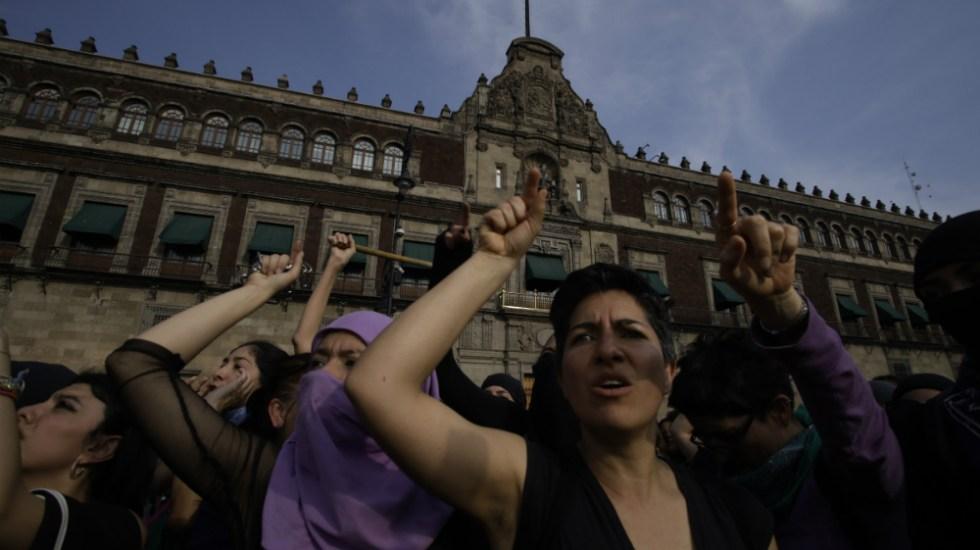 """AMLO felicita a mujeres por #Marcha8M; reitera que hay """"conservadurismo disfrazado de feminismo"""" - Mujeres en protesta frente a Palacio Nacional por el Día Internacional de la Mujer 2020. Foto de Notimex / Archivo"""