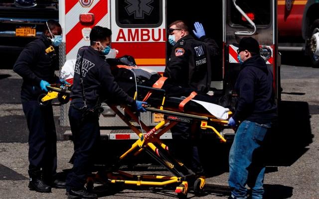 """#Video """"Nueva York es duro"""": un emotivo video ante la crisis por el COVID-19 - Médicos suben a un paciente a una ambulancia en Nueva York. Foto de EFE"""