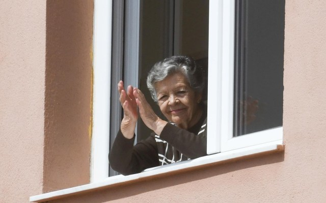 OMS pide llamar a diario a adultos mayores confinados por COVID-19 - OMS ONU ancianos covid-19 coronavirus