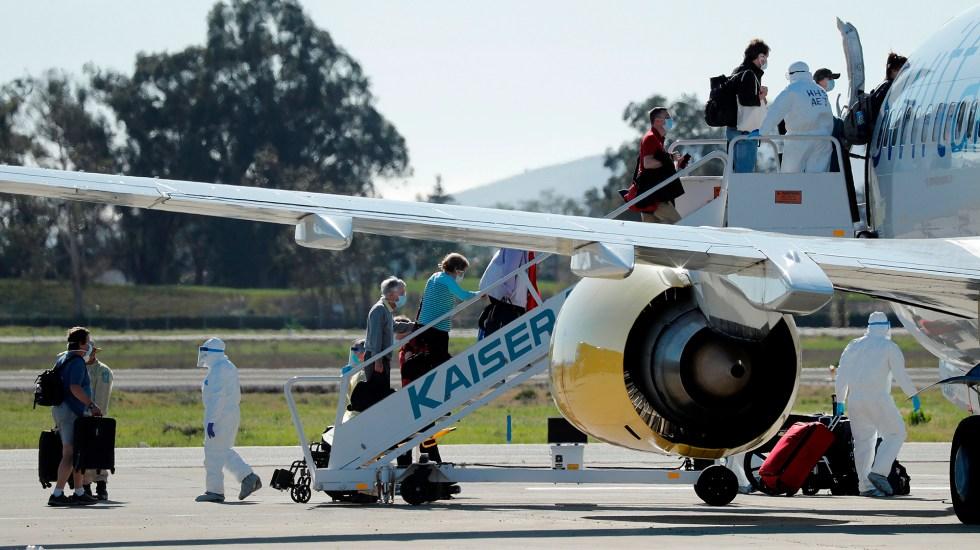 Suspensión de vuelos de Europa a EE.UU. exenta a residentes legales y familiares de estadounidenses - Pasajeros de crucero con casos de coronavirus toman un vuelo especial en Oakland, Estados Unidos. Foto de EFE