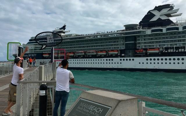 Muelles de Miami lucen desiertos de cruceros a causa del COVID-19 - Personas despidiendo a crucero en Miami. Foto de EFE