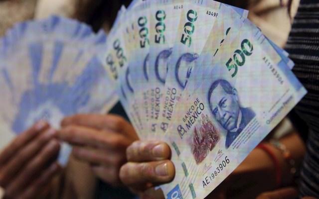 AMLO rechaza la información de Hacienda sobre la caída de la economía este año - Pesos peso dinero economía billetes