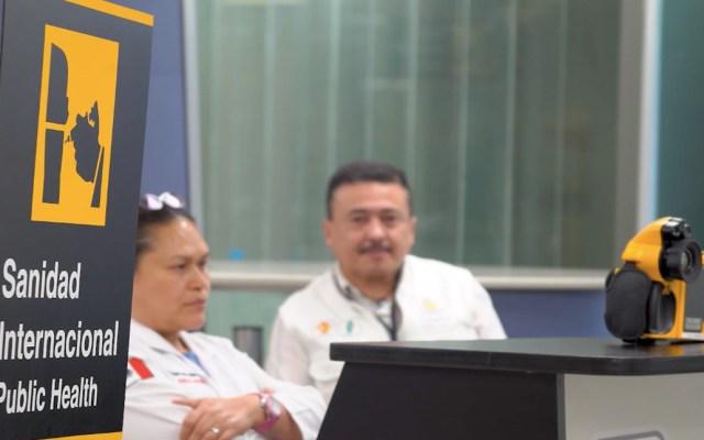 SRE descarta pasajeros enfermos de COVID-19 en vuelo hacia El Salvador - Puesto de revisión de Sanidad Internacional en el AICM. Foto de @Claudiashein