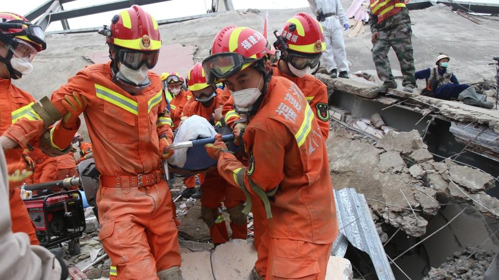 Colapso de hotel en China suma 10 muertos - Rescate de personas alojadas en un hotel que colapsó en China. Foto de EFE