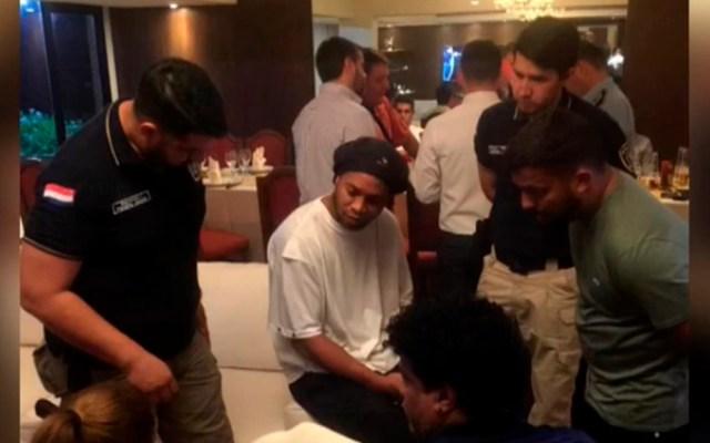 Fundación que contrató a Ronaldinho niega nexo con caso de pasaportes falsos - Retención de Ronaldinho con pasaporte falso en Paraguay. Foto de EFE