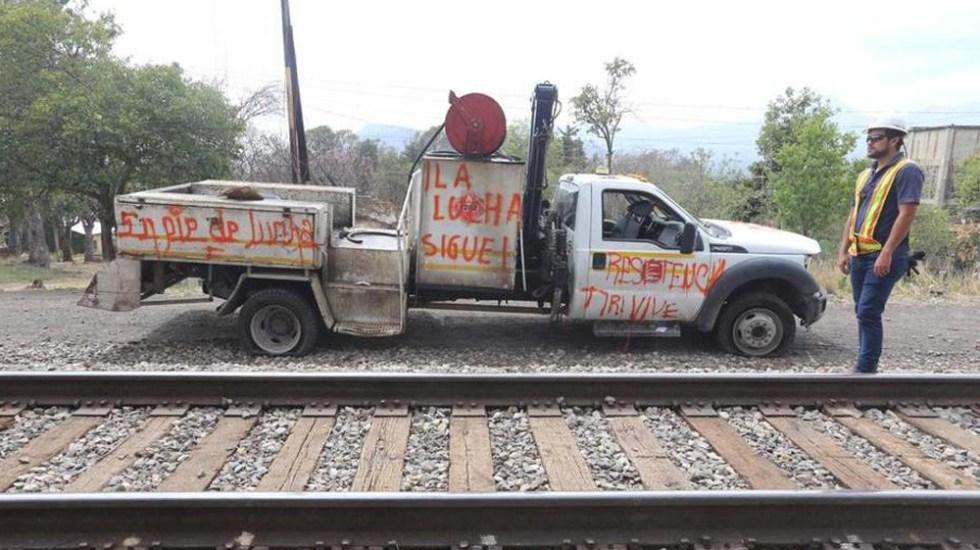 Normalistas liberan vías ferroviarias de Michoacán - Retiro de camioneta de vías ferroviarias en Michoacán. Foto de Milenio