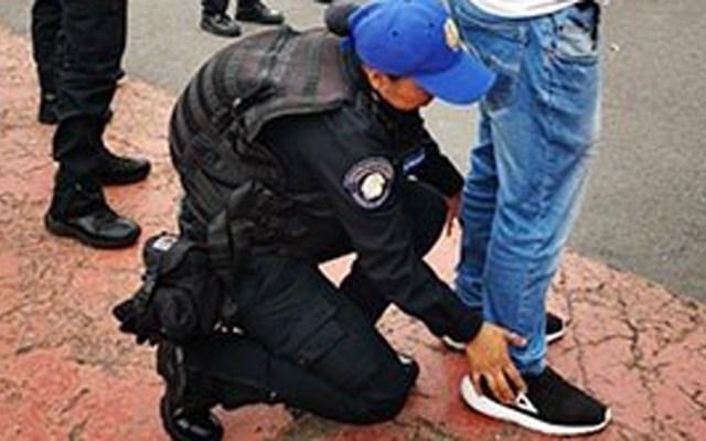 Detienen a dos presuntos narcomenudistas en Iztapalapa - Revisión de hombre por parte de la SSC-CDMX. Foto de @PoliciaCDMX