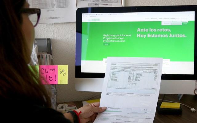 ISSSTE pide a empleados cambiar pago de nómina a depósito bancario - Trabajadora del ISSSTE. Foto de @ISSSTE_mx