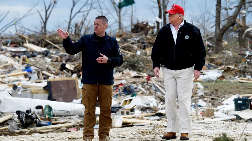 Trump recorre zona afectada por tornado en Tennessee - Trump en evaluación de daños por tornado en Nashville. Foto de Tennessean