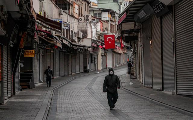 """Turquía detiene a 410 personas por """"mensajes provocadores"""" sobre COVID-19 - En Turquía se han registrado mil 872 casos de contagio, con 44 muertos, pero en las redes sociales circulan mensajes que ponen en duda las cifras oficiales"""