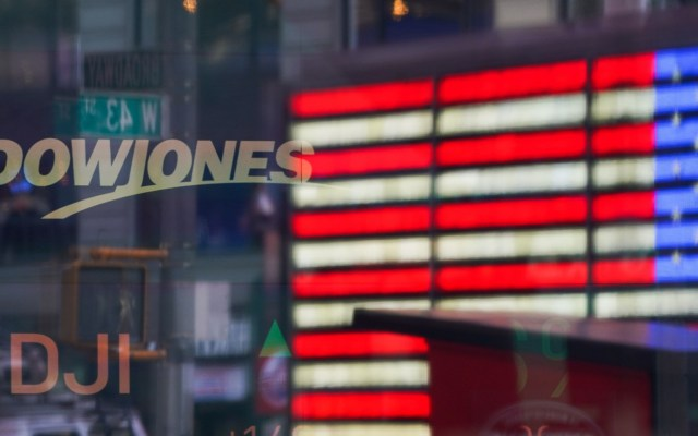 Índice Dow Jones tiene su mejor día desde 1933 al cierre de Wall Street - Una bandera estadounidense se refleja en las ventanas del mercado Nasdaq en Times Square, Nueva York. Foto de EFE