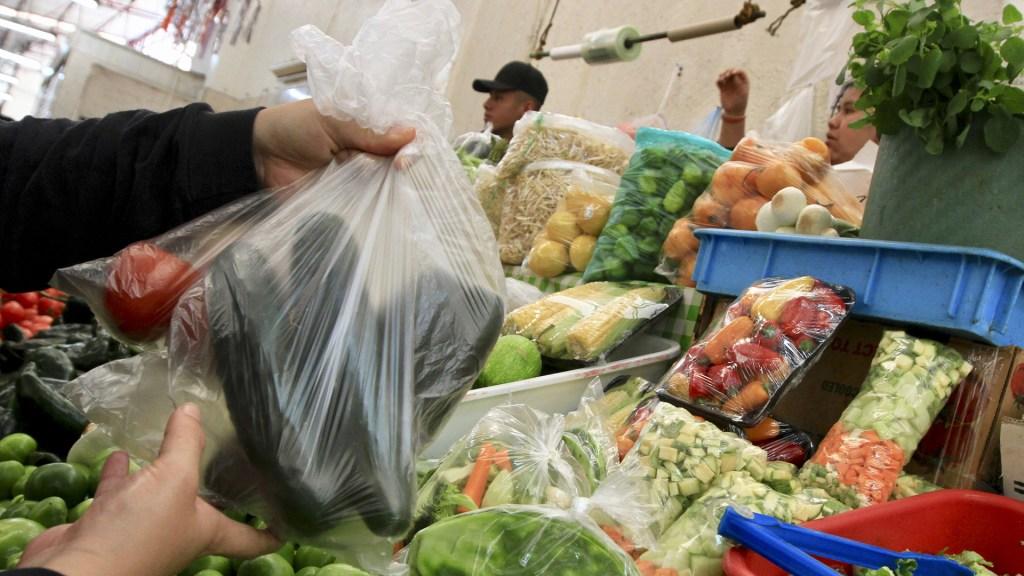 Alumnas de la UNAM se suman a reducción del uso de bolsas plásticas - La CDMX prohibió el uso de bolsas de plástico de un solo uso. Foto de Notimex