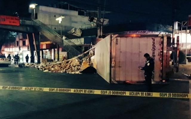 Volcadura de tráiler en Iztacalco deja una mujer muerta - Foto de @vulcano_7