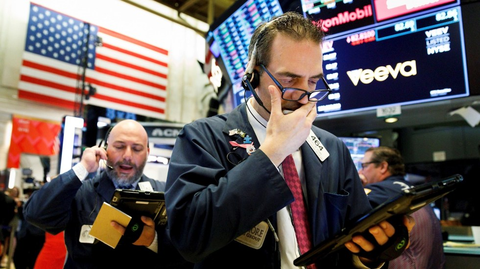 Wall Street continúa con pérdidas por COVID-19; Dow Jones cae 800 puntos - Wall street covid-19 coronavirus