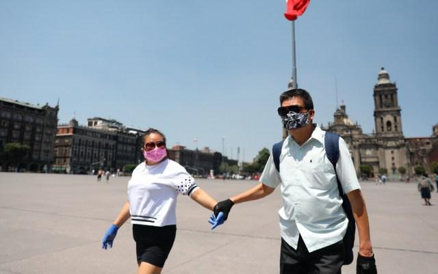 Convocará AMLO a besos y abrazos en el Zócalo cuando acabe emergencia por COVID-19 - Foto de EFE
