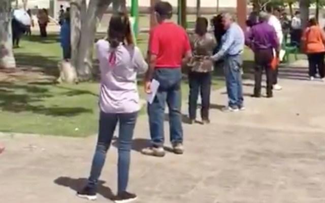 En plena crisis del COVID-19, obligan a adultos mayores en Sonora a ir por apoyos en plazas públicas - Foto de @michelleriveraa
