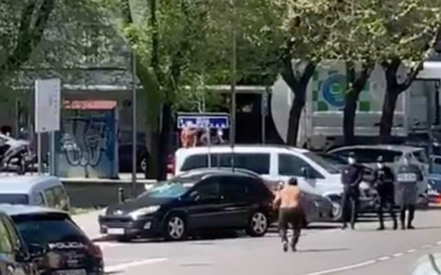 Presunto enfermo con COVID-19 amenaza con espadas a la policía de Madrid - En las imágenes se observa al hombre sin camisa, visiblemente alterado y blandiendo dos espadas, con las que amedrenta a los policías