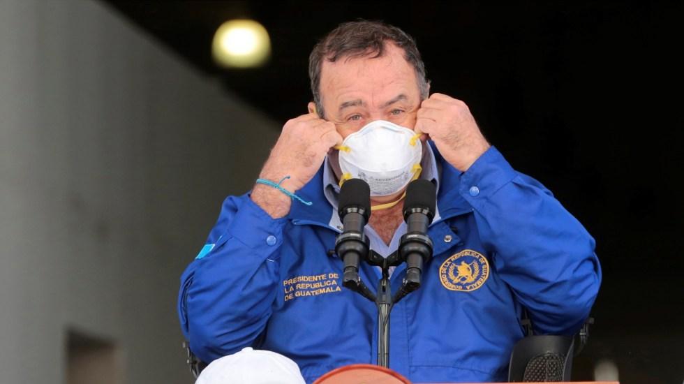 Preocupa a Giammattei 'respuesta tardía' de México al coronavirus - Alejandro Giammattei, presidente de Guatemala, con cubrebocas para prevenir el COVID-19. Foto de EFE