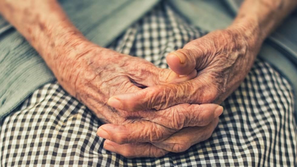 Anciana se retracta de denuncia por maltrato tras pedir ayuda en centro de vacunación - La anciana contrajo la enfermedad a finales de marzo tras una operación de rodilla y fue desde el primer momento ingresada y aislada en un hospital