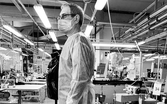 Armani elabora batas médicas para personal que lucha contra COVID-19 - Foto de Twitter Armani
