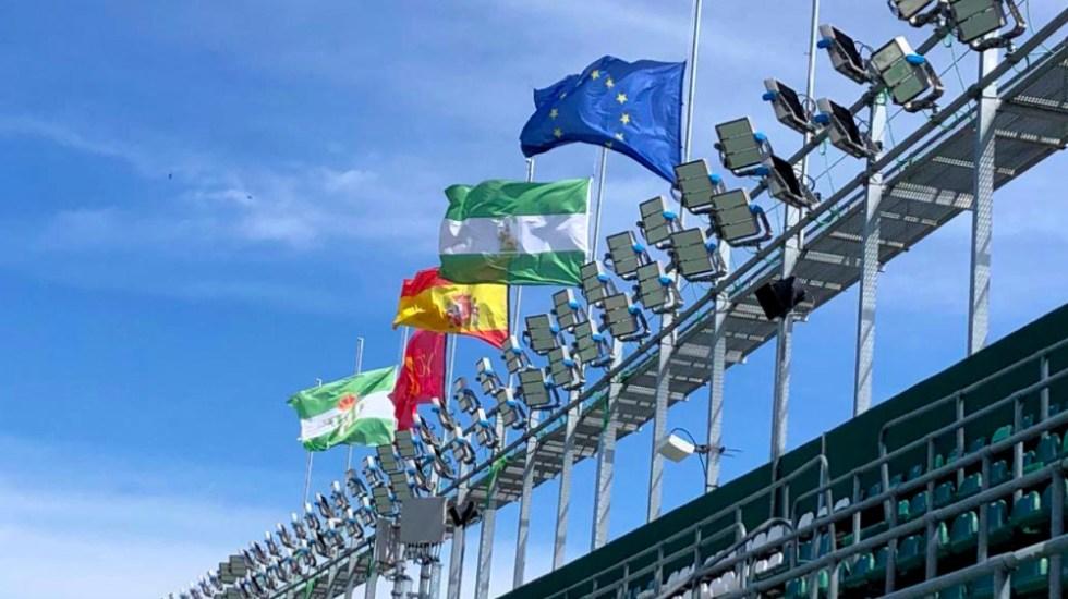 Estadio de Betis con banderas a media asta por muertos del COVID-19 - Foto de @RealBetis