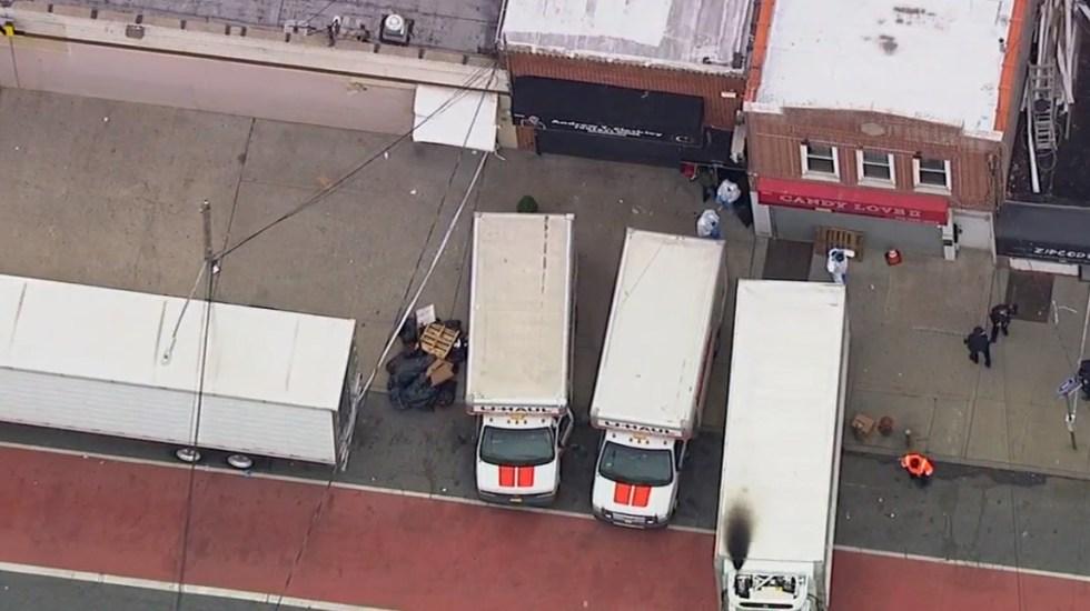 Encuentran en Nueva York cadáveres en descomposición al interior de camiones - Camiones de mudanza con cadáveres en descomposición afuera de funeraria de Nueva York. Captura de pantalla / ABC7