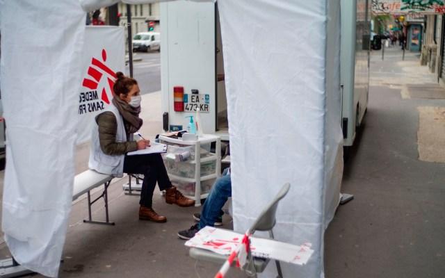 Instalan clínicas móviles para atender a indigentes en París ante COVID-19 - Clínicas móviles París coronavirus COVID-19