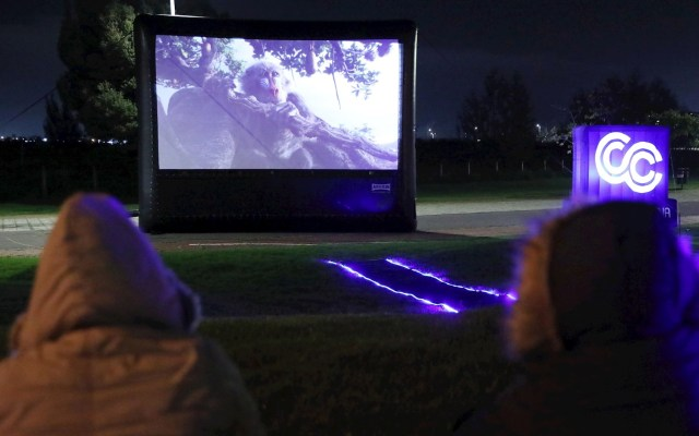 Pantalla gigante recorre Bogotá para llevar cine a los vecindarios - Colombia Bogotá cine COVID-19 coronavirus