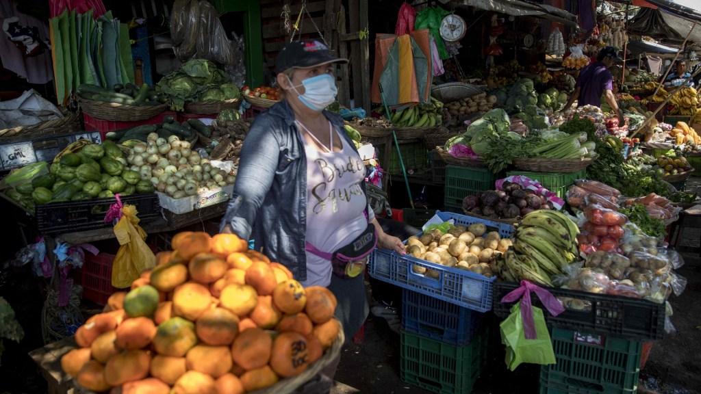 Ministro de Economía de Nicaragua no sabe el precio de la canasta básica - Comerciante en mercado de Mayoreo de Managua, Nicaragua. Foto de EFE